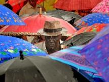 """""""Homem em meio a guarda-chuvas"""" Foto Premiada pela Leica Revista Fotografe melhor"""