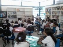 alunos na biblioteca publica castro pinto