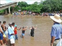 Moradores_São Francisco usando cordas para atravessar o rio