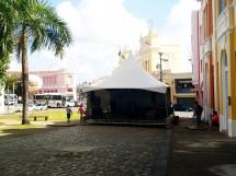 palco sendo montado para um evento