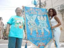 Creuza e Marcia com estandarte do Anjo Azul