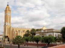 catedral-nossa-senhora-da-piedade-ao-lado-direito-o-palacio-episcopal