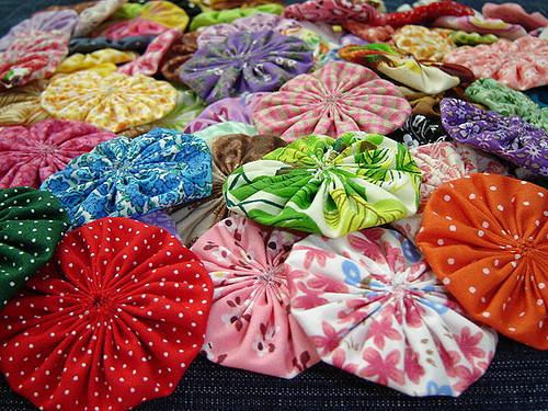 O fuxico é um artesanato versátil, que pode ser aplicado nas mais diversas peças ou virar as mais diversas peças, e que não é difícil de ser feito
